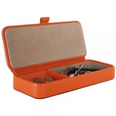 Vaciabolsillos rectangular con tapa naranja. polipiel.