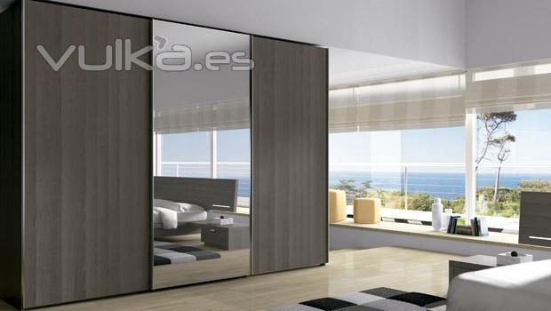 foto armario de puertas correderas con puerta con espejo