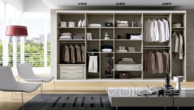 Foto armario vestidor del catalogo de muebles de for Disenos de roperos para dormitorios pequenos