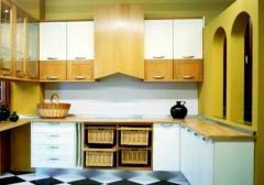 Cocina de madera clara y laca blanca