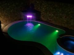 piscina con yacuzzi noche, focos led
