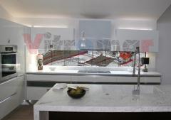 Impresionante vidriera abstracta para una cocina con suaves lineas que dan movimiento al dise�o