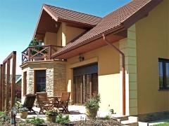 Casa unifamiliar con carpinteria de pvc color nogal