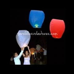 Farolillos voladores de colores lanzados al cielo