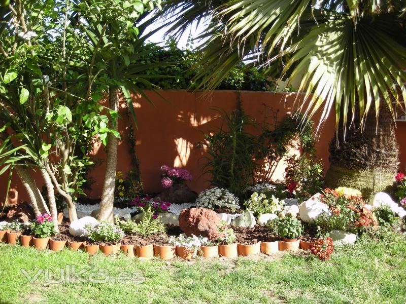 Foto parterre rustico en rincon de jardin - Decoracion para jardines rusticos ...