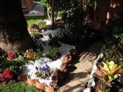 Caminito en jardin con marmolina piedra corteza y plantas de temporada