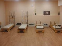 Sala de pilates con máquinas