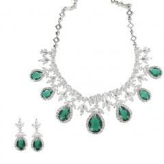 Gargantilla preciosa con cristales verdes.