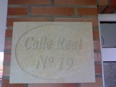Letrero de calle tallado a mano en piedra natural