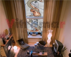 Vidriera de dise�o abstracto para el ventanal de un loft en dos alturas.