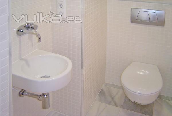 Baño Pequeno Reforma:Reforma de baño pequeño blanco moderno Dosidos CB