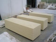 Bancos de piedra de 2 x 0,6 x 0,5 mts