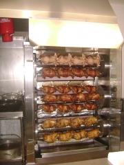 Aqui se asan los pollos lentamente en su propia salsa.