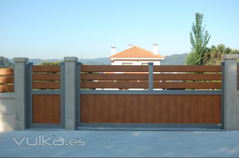 Foto puertas de exterior en aluminio con peatonal y valla - Puertas acristaladas exterior ...