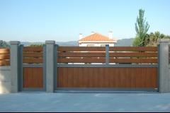 Puertas de exterior en aluminio con peatonal y valla a juego