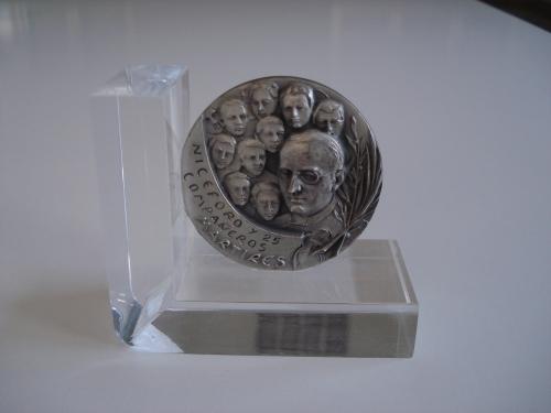 Soporte de metacrilato para medalla conmemorativa de los Mártires