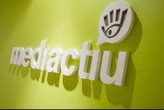 Logotipo de mediactiu en el hall del estudio de diseño gráfico de barcelona. brand studio