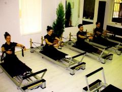 Sala de pilates y equipo de wellnessclinic-avenida ana de viya, 44 cádiz
