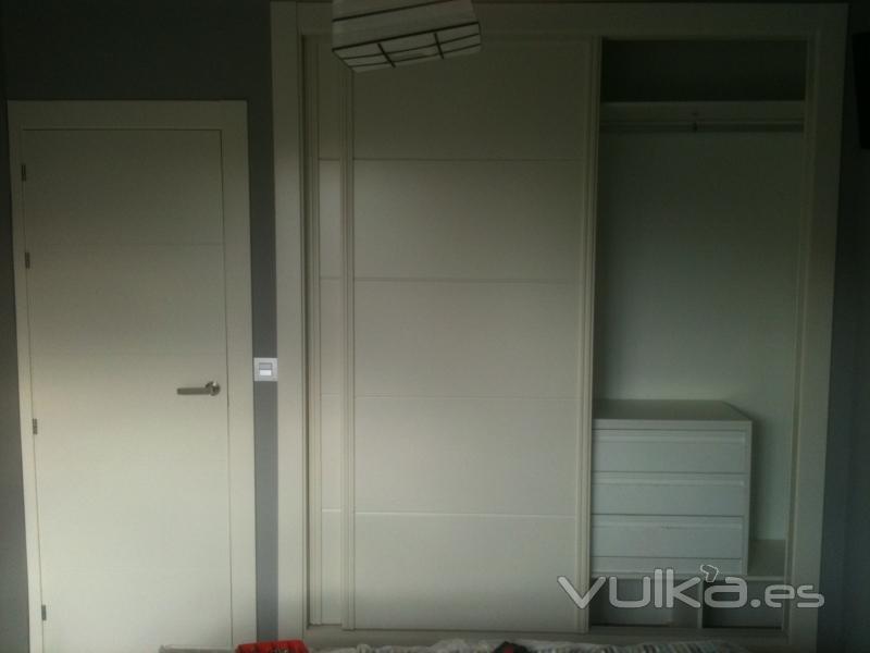 Foto armario empotrado con cajoneras baldas y puertas for Cajoneras para armarios empotrados
