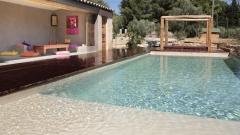 Cemento pulido mineral deco aplicado en una piscina en  color arena.