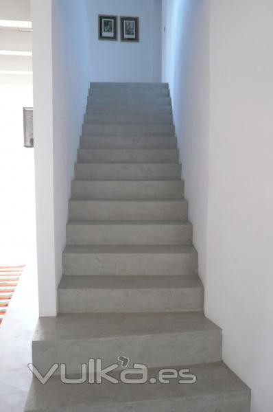 Foto cemento pulido mineral deco color karonga aplicado for Escaleras concreto para interiores