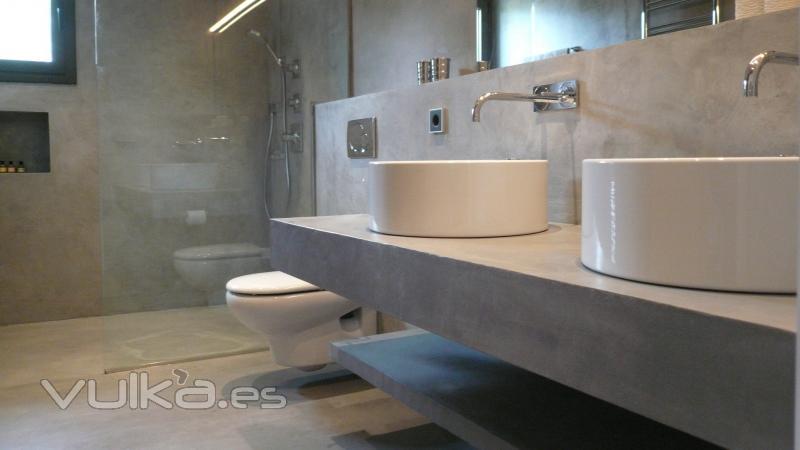 Cemento pulido Mineral Deco en suelo y encimera del baño