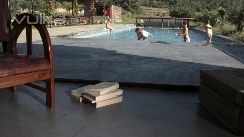 Foto cemento pulido mineral deco en suelo exterior y piscina for Cemento pulido exterior