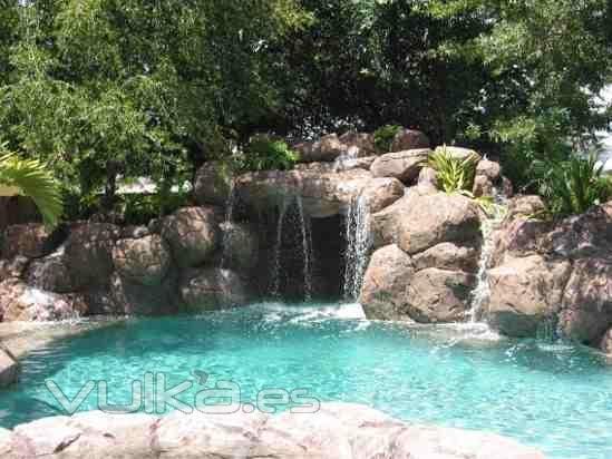 Casanova interiores paisajismo for Modelos de piscinas con cascadas