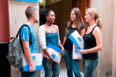Estudiantes charlan antes de la visita cultural por sevilla