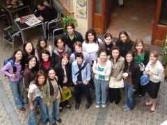 Grupo de estudiantes de espa�ol en la puerta de la escuela