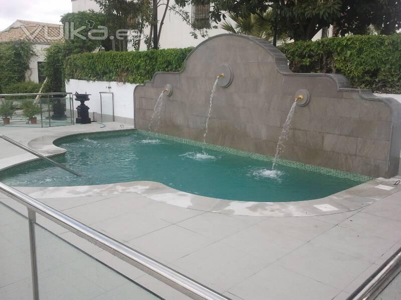 Foto piscina con detalle de fuente - Fuentes para piscinas ...