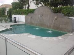 piscina con detalle de fuente