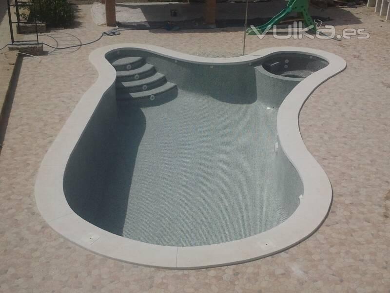 piscina uniforme con escalera y jacuzzi