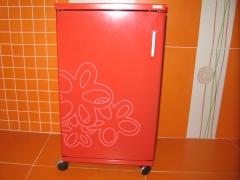 Mueble con dos estantes interiores regulables y ruedas.comprar en www.macovi.es