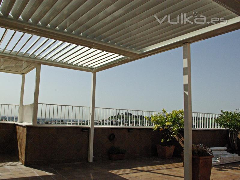 Foto pergola de lamas orientables en terraza atico - Pergola terraza atico ...