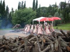 Corderos enteros y media ternera a la estaca