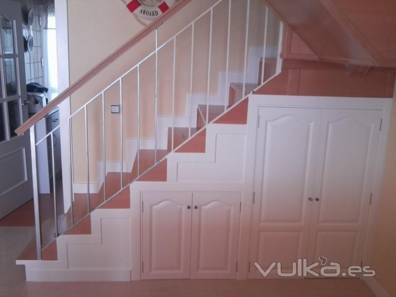 Foto armario bajo escalera lacado blanco for Armarios en huecos de escalera