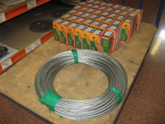 Cortamos y servimos rollos de cable de acero a la medida.