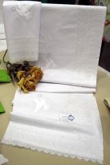 Sabana de puntilla ,de algodon tolra  ,con lorzas ,de dos piezas ...funda de almohada y encimera