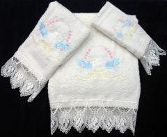 Juego de toallas ,de puntilla y bordada de 3 piezas
