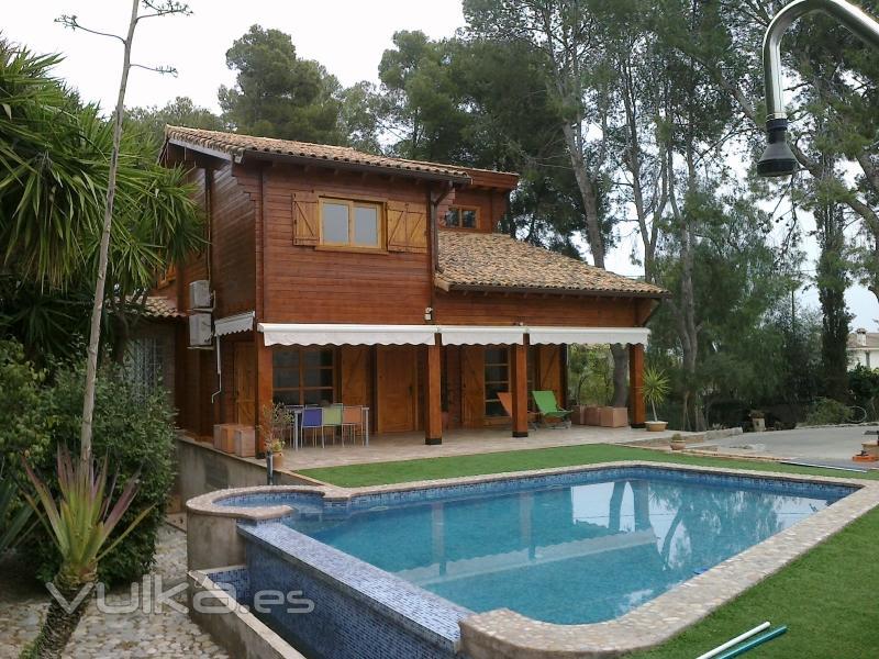 Foto casa de madera 2 plantas for Casas de madera con piscina