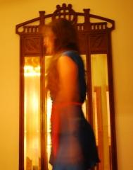 vestido sat�n azul con lazo rosa de jesus de la ossa frente a espejo modernista