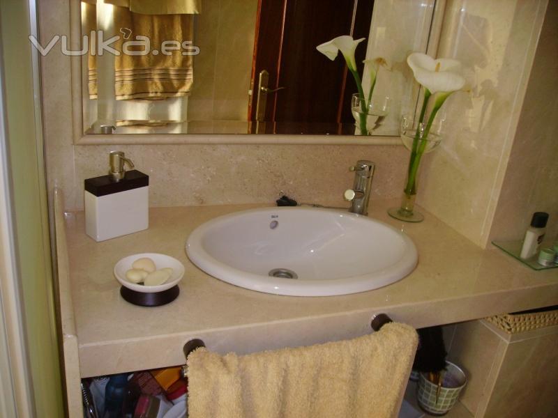 Foto ba o revestido de m rmol crema marfil for Banos marmol beige