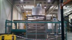 Almac�n de piezas de autom�vil en instalaci�n desmontada y montada en nueva localizaci�n.