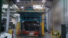 Prensa hidráulica de instalación para fabricación de guarniciones interiores de automóvil.