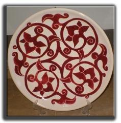 Plato de 35 cm. decorado a mano en cuerda seca