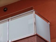 Barandilla de acero inoxidable y vidrio laminado de seguridad.