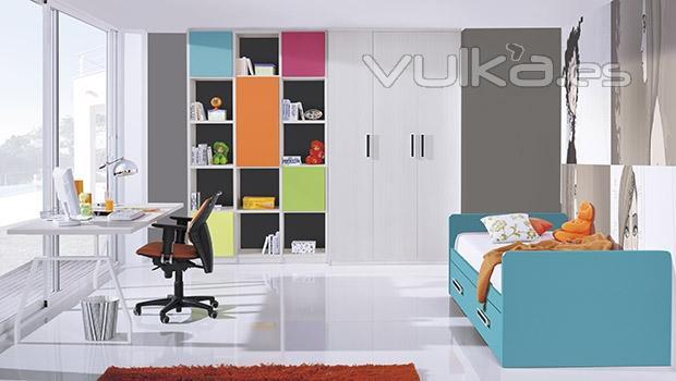 Foto dormitorio juvenil con estanteria multicolor del for Catalogo de habitaciones juveniles