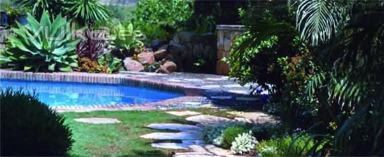 Foto cascadas lagos y piscinas for Bombas para cascadas de jardin