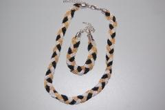 Conjunto tricolor formados por cadenas elegantemente entrelazadas